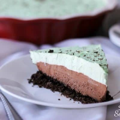Chocolate crust, creamy chocolate mousse and mint cream topping all come together to make this beautiful Chocolate Mint Mousse Pie!